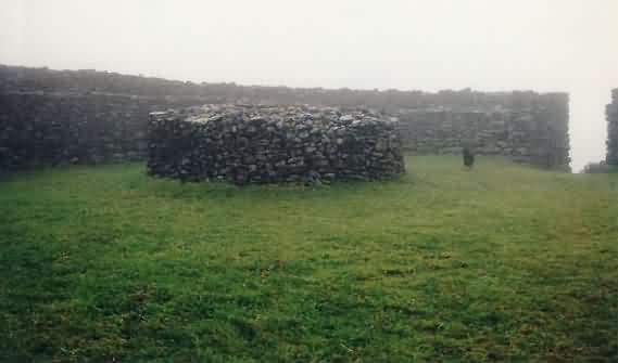 Die prähistorische Festung Dun Aran im Nebel