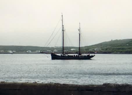 Blick über die Bucht von Kilronan zum östlichen Ende der Insel