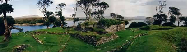 Dieses Bild zeigt den Blick über die Ruinen in Richtung Castletwonbere.