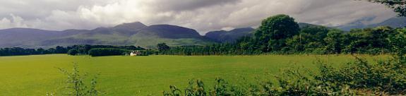 Gap of Dunloe, gesehen aus dem Flachland (in der Nähe der Bildmitte)