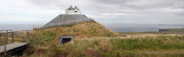 Blick von den Ceide Fields auf das pyramidale Besucherzentrum