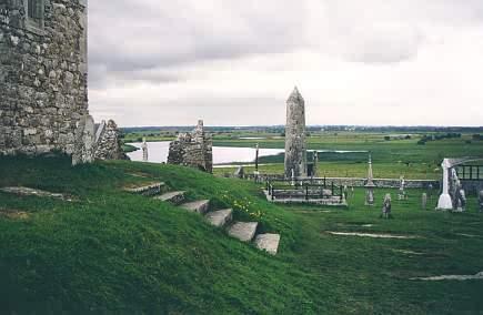Blick von der Kathedrale Richtung Shannon mit dem zweiten Rundturm