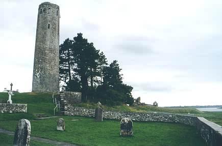 Der O'Rourke's Tower und im Hintergrund die Reste der Burg