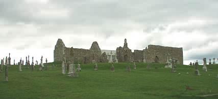Blick auf den Hügel mit den Ruinen der Kirchen