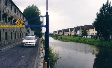 Links das Whiskey-Zentrum, daneben ein Auto der Garda Siochona, rechts Holland.