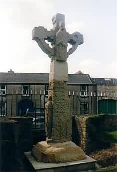 Hochkreuz auf dem Friedhof des Klosters