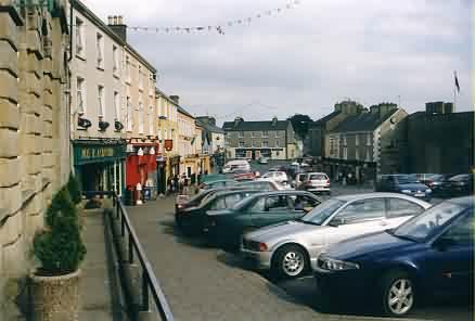 Straße in Roscrea vor dem Roscrea Castle