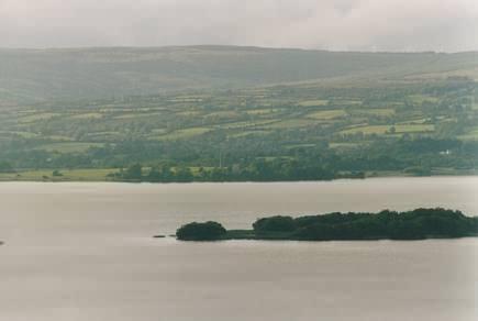 Blick auf Inis Cealtra (Holy Island, nicht die im Vordergrund) und die Westseite des Lough Derg