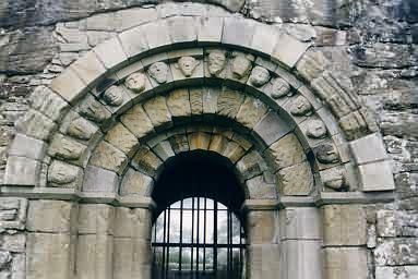 Bogen über dem Eingang zur St. Caimin's Church. Er wurde erst später hinzugefügt.