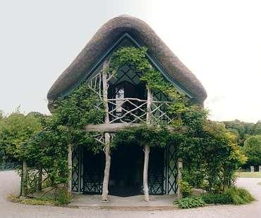 Swiss Cottage, Stirnseite