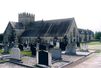 Kirche und Friedhof.