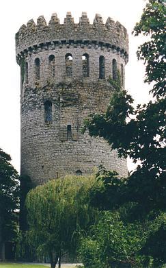 Donjon (französisch für Wohnturm).