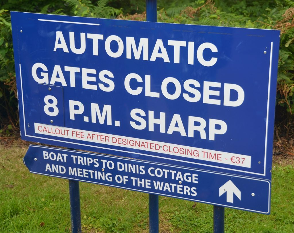 "Schild: ""Automatic gates closed 8pm sharp"""