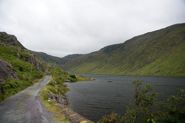 Rechts vom See sind auch Schafe.