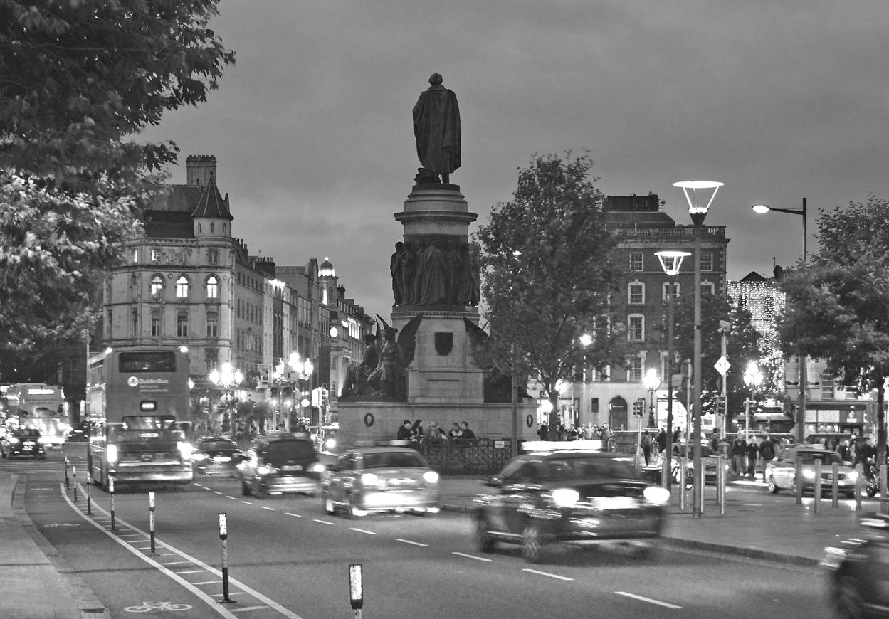 Statue von Daniel O'Connell in Dublin bei Nacht