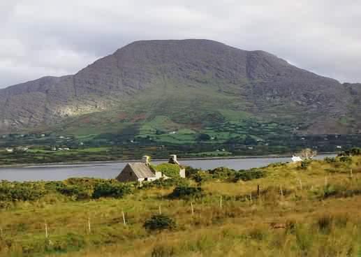 Der Hungry Hill in der Nähe von Adrigole, von Bere Island aus.