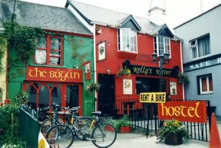 Hostel und Pub, beide sehr illustr
